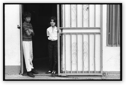 two kids in a doorway in La Puerta